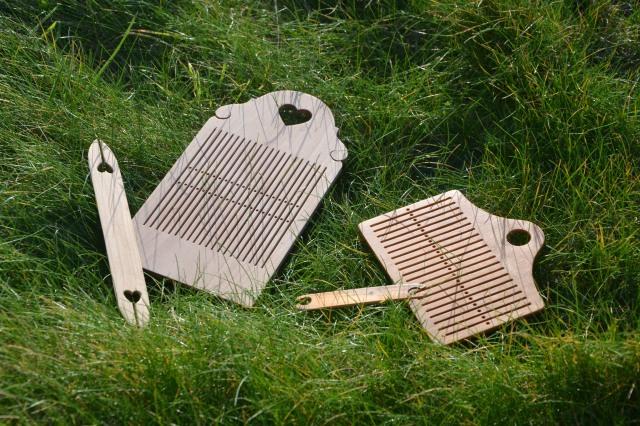 Peigne à double rangée de trous d'inspiration norvégienne et sa navette (à gauche), peigne en bois classique (à droite)