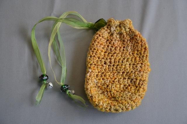 Besace crochetée en filé-main, laine et soie jaune