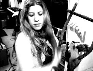 Evi jouant de la lyre pour le futur album de Daemonia Nymphe